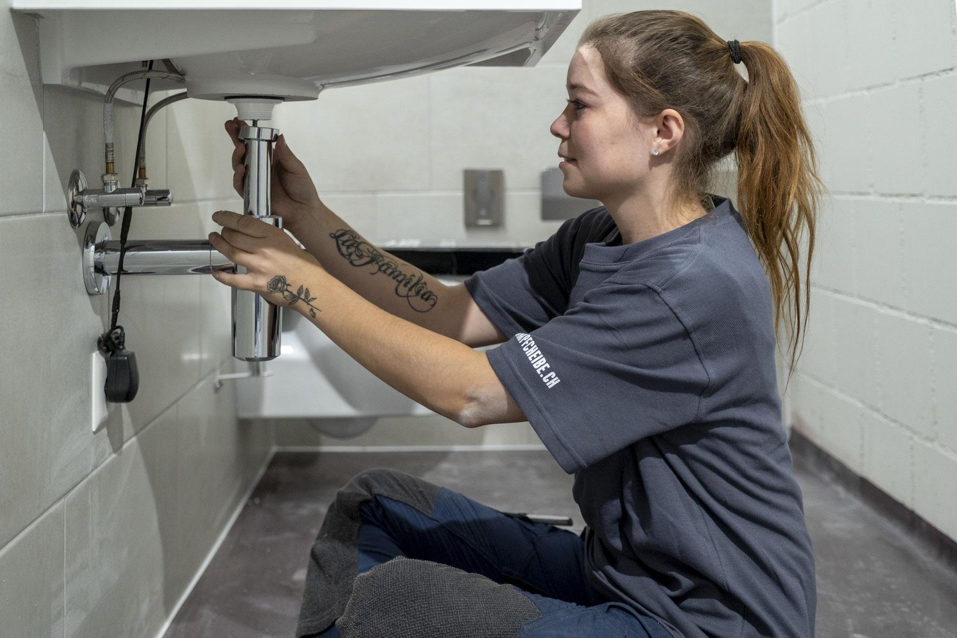 Sie arbeitete bereits in unterschiedlichen Berufen und kehrte schlussendlich wieder zu ihrem Lernberuf Sanitärin zurück.